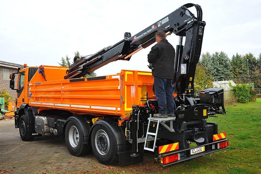 Baustellen-LKW Kipper mit Bagger-Schaufel Verleih, Sattelzugmaschine mit Kran + Fernbedienung mieten